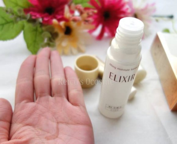 エリクシールシュペリエルの化粧水リフトモイストローションを使っている写真
