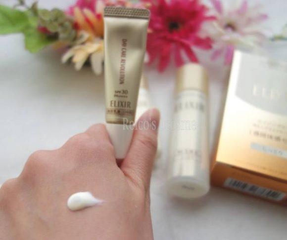 エリクシールシュペリエルの日中用美容乳液デーケアレボリューションを使っている写真